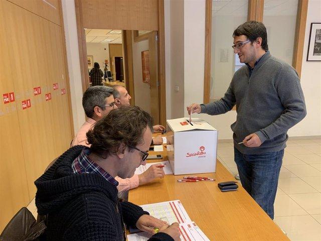 El conseller de Modelo Económico, Turismo y Trabajo, Iago Negueruela, ha votado este sábado en Palma.