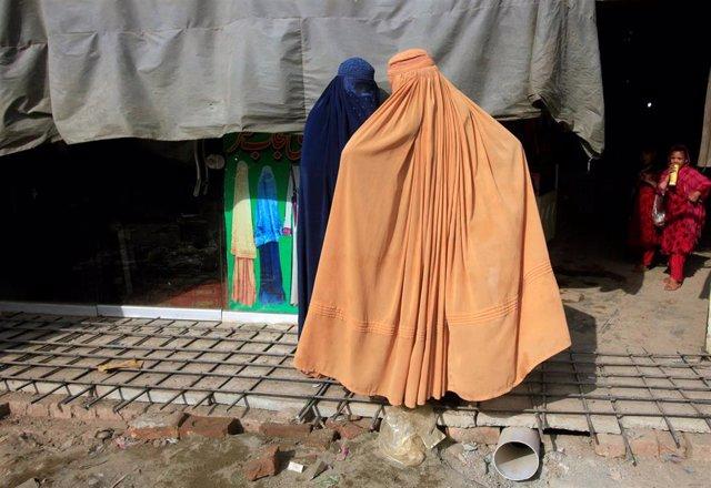 Dos mujeres afganas con burka en Peshawar