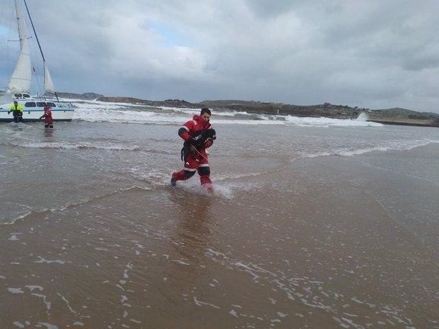 Rescate del ocupante de un catamarán a la deriva y su mascota en Suances
