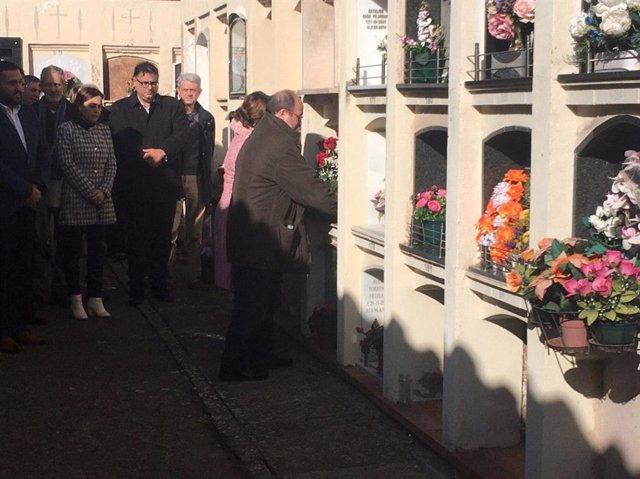 Miquel Iceta ofereix una ofrena floral durant l'acte de record d'Ernest Lluch.
