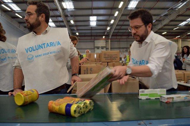El coordinador nacional d'ERC i vicepresident de la Generalitat, Pere Aragonès, participa en el Gran Recapte del Banc dels Aliments.