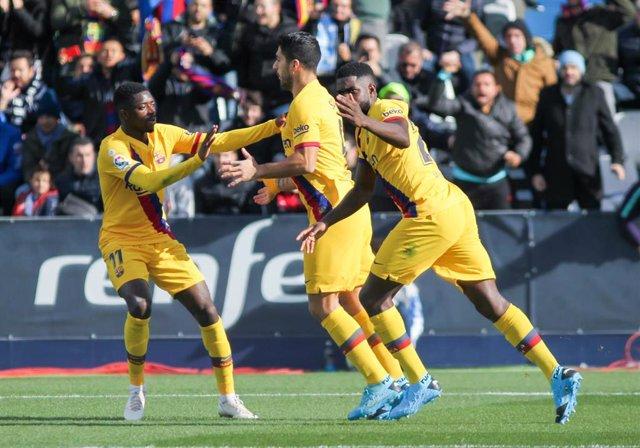 El Barcelona celebra la victoria por la mínima en Butarque