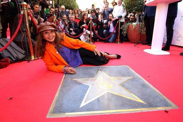 Victoria Abril posa junto a su estrella en el Paseo de la Fama de Almería
