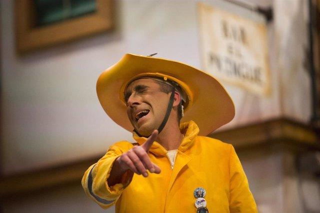 """Final del Concurso Oficial de Agrupaciones Carnavalescas (COAC) 2019 en el Gran Teatro Falla. Un miembro del cuarto """"Brigada Amarilla (agüita con nosotros)""""."""