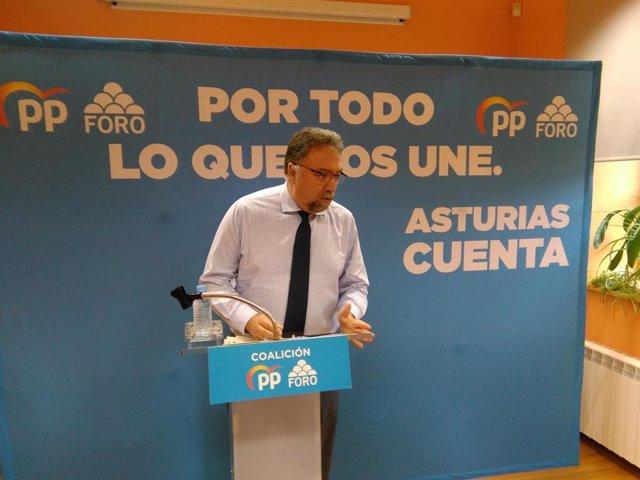 El candidato número dos de la coalición PP-Foro al Congreso, Isidro Martínez Oblanca, en un acto político en Campomanes (Lena).