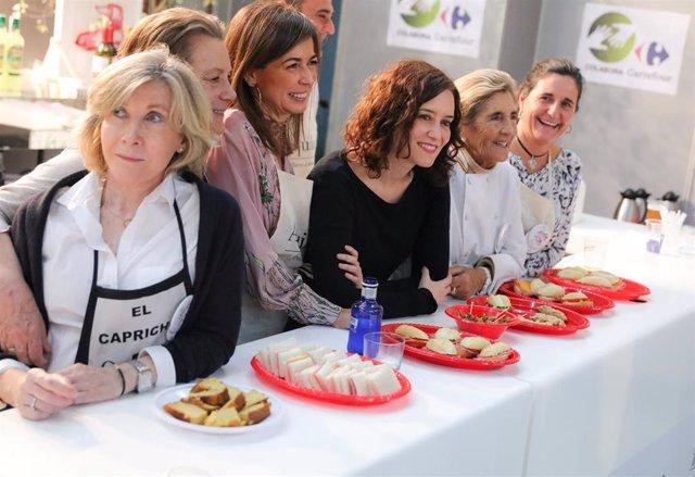 """La presidenta de la Comunidad de Madrid, Isabel Díaz-Ayuso, invita a los madrileños a acudir al Rastrillo Nuevo Futuro en sus últimos días para contribuir a """"causas benéficas"""" en la temporada navideña durante su visita este sábado a este mercadillo."""