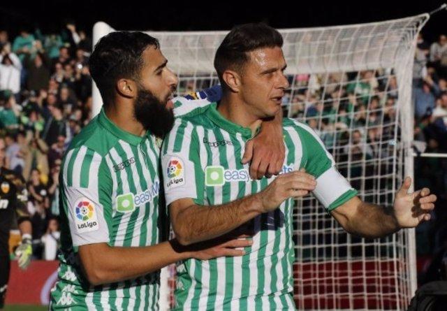 Fekir y Joaquín celebran un gol del Betis