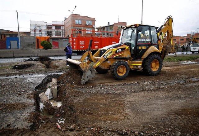 Una excavadora rellena una zanja excavada para impedir el tráfico durante las protestas en El Alto, cerca de La Paz