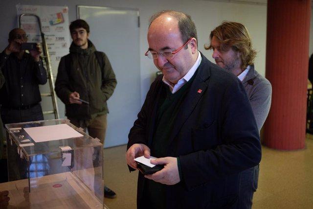 El primer secretari del PSC, Miquel Iceta, vota en la consulta a la militància del PSOE sobre l'acord de Govern de coalició amb Podem, a Barcelona (Catalunya) a 23 de novembre de 2019.