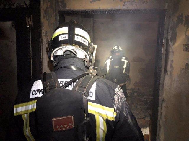 Tres heridos leves en el incendio de una vivienda en el municipio madrileño de Valdemorillo.