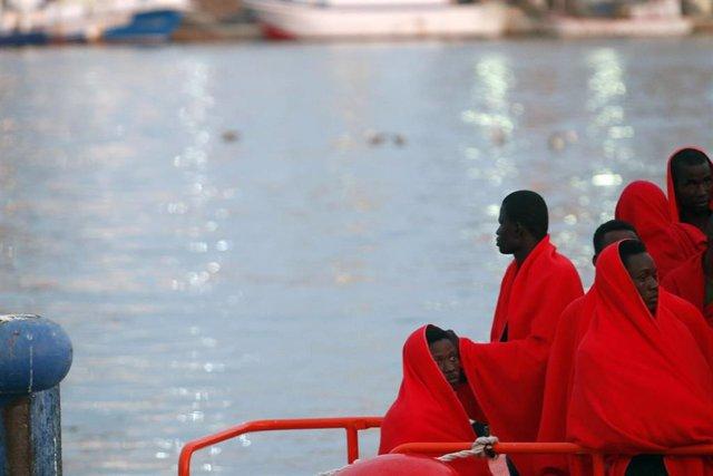 Personas rescatadas por Salvamento Marítimo en una imagen de archivo.