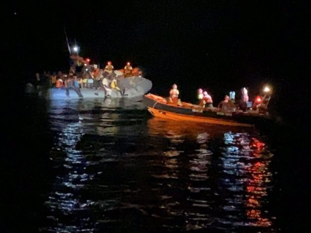 Open Arms rescata un barco a punto de naufragar con 73 personas, entre las que hay 26 menores