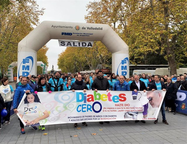 Autoridades locales y patrocinadores sujetan el cartel de la Fundación Diabetes Cero antes de la salidad de la marcha.