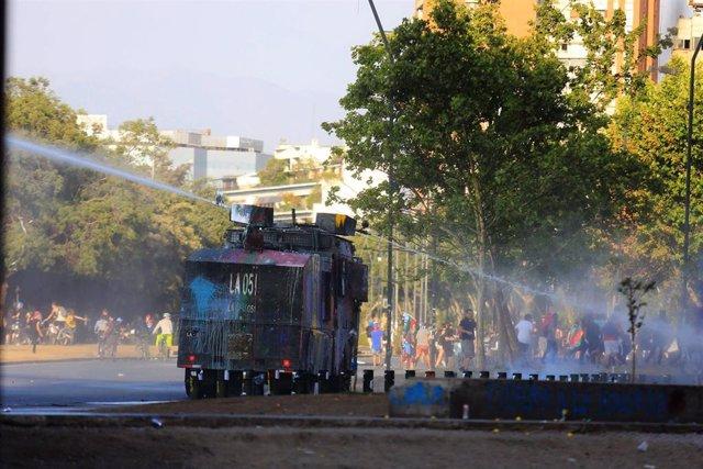 Enfrentamientos entre Policía y manifestantes en Plaza Italia de Santiago de Chile