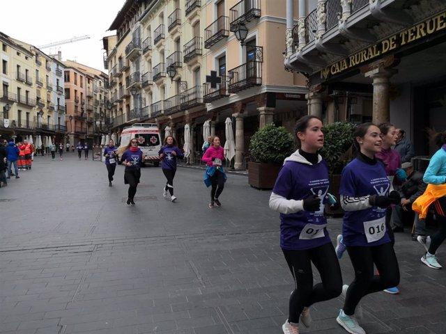 Más de 650 personas participan en Teruel en una carrera por la eliminación de la violencia contra la mujer.