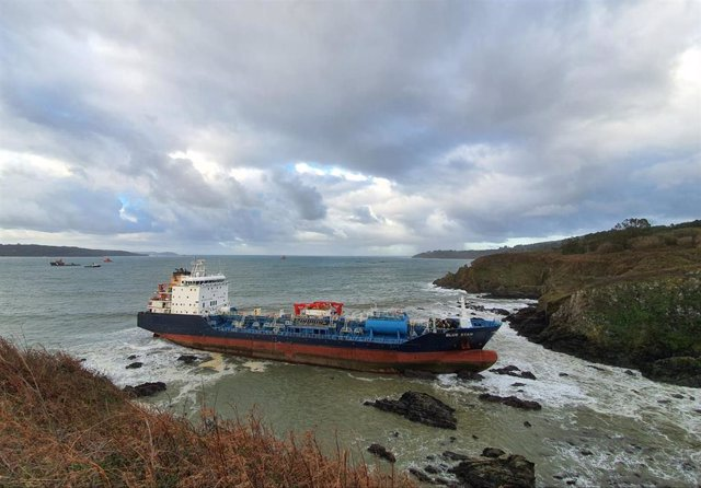 El buque 'Blue Star' encallado en la costa de Ares (A Coruña)