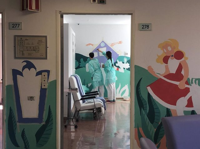 Murales Terapéuticos Inspirados En 'Alicia En El País De Las Maravillas' En La Unidad De Trastornos De La Conducta Alimentaria De La Gerencia De Albacete.