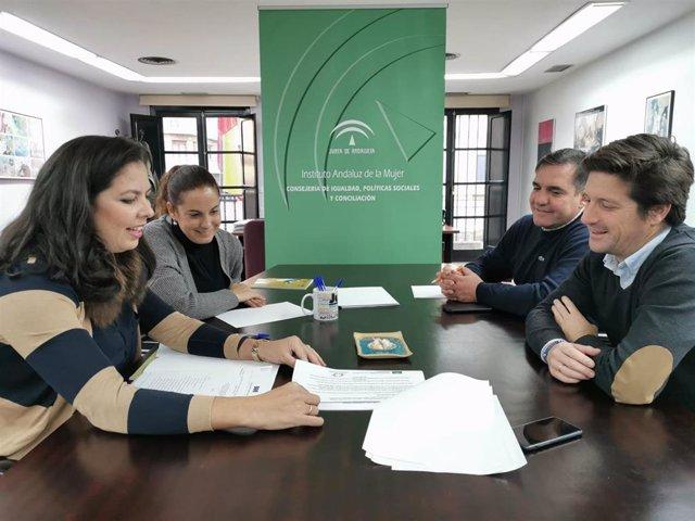 García de Longoria, que ha mantenido una reunión de trabajo con la responsable del Instituto Andaluz de la Mujer (IAM) en Huelva, María Martín, acompañado del presidente del Grupo Municipal, Néstor Santos