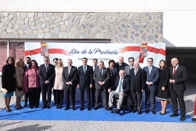 El presidente de la Diputación de Almería, Javier Aureliano García, junto a los homenajeados con las medallas de la provincia 2019 a su llegada al auditorio Adolfo Suárez de Alcóntar donde se ha celebrado el Día de la Provincia