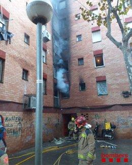 Un incendi crema el primer pis d'un bloc de pisos a Badalona (Barcelona).