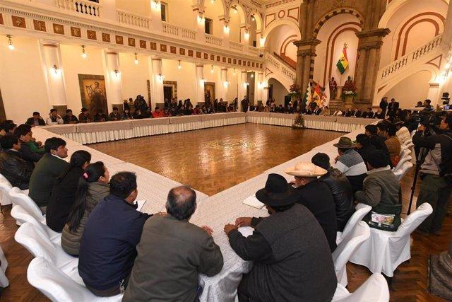 MEsa de diálogo entre el Gobierno interino y los movimientos sociales en Bolivia