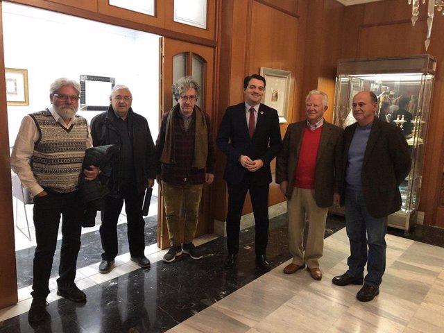 El alcalde de Córdoba, José María Bellido, con los responsables de la asociación 'Dejadnos Llorar'