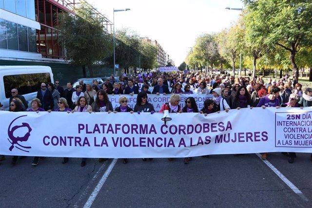 El presidente de la Diputación de Córdoba, Antonio Ruiz, participado en la marcha convocada con motivo del Día Internacional de la Eliminación de la Violencia contra la Mujer