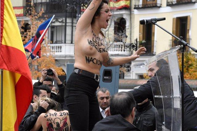 Tres activistas de Femen irrumpen en un acto de Falange