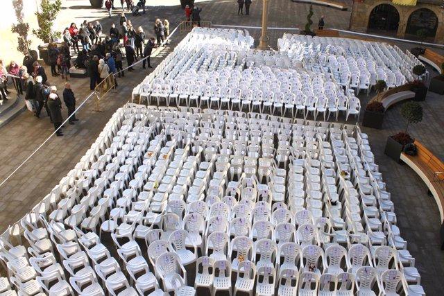 Cadires buides en homenatge a les dones assassinades per violència masclista.