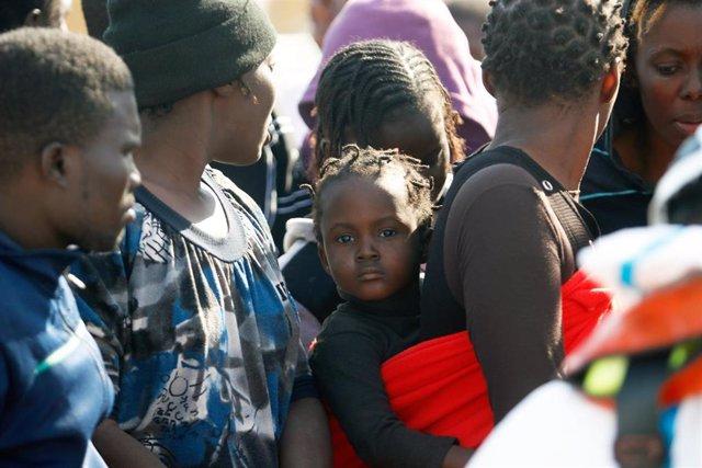 Llegada a puerto Málaga de 75 personas entre ellas un menor de edad, donde han sido rescatadas por Salvamento Marítimo, cuando navegaban a la deriva en una patera, en Málaga a 29 de octubre 2019