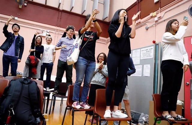 Simpatizantes del opositor Kelvin Lam celebrando los resultados electorales en Hong Kong