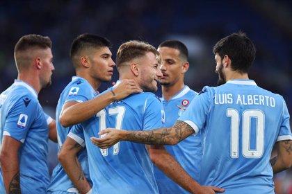 La Lazio rescata el triunfo en el descuento y la Roma golea al colista