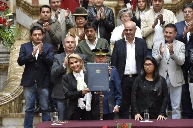 Jeanine Áñez en la presentación de la ley de convocatoria de elecciones para Bolivia