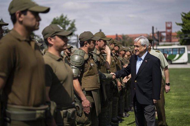 El presidente de Chile Sebastián Piñera con carabineros