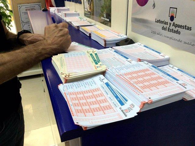 Boletos de La Quiniela, en una administración de Loterías y Apuestas del Estado.