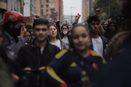 Colombia.- Cientos de personas marchan en Bogotá en señal de apoyo a un joven gravemente herido durante las protestas