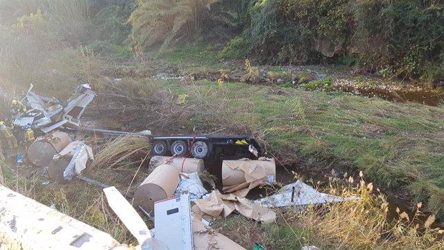 Mor un camioner després de caure per un terraplè a Capellades (Barcelona)