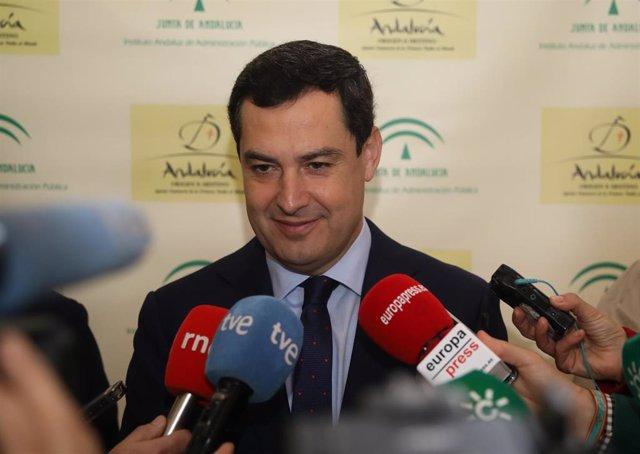 El presidente de la Junta de Andalucía, Juanma Moreno, atiende a los medios antes de inaugurar las jornadas 'El desafío demográfico'.