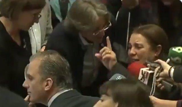 """Una mujer pide """"respeto para las mujeres"""" entre lágrimas a Ortega Smith en un acto en Madrid"""