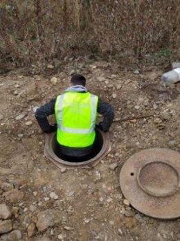 Imagen del pozo que daba acceso al remolque enterrado en el que se cultivaba el cannabis