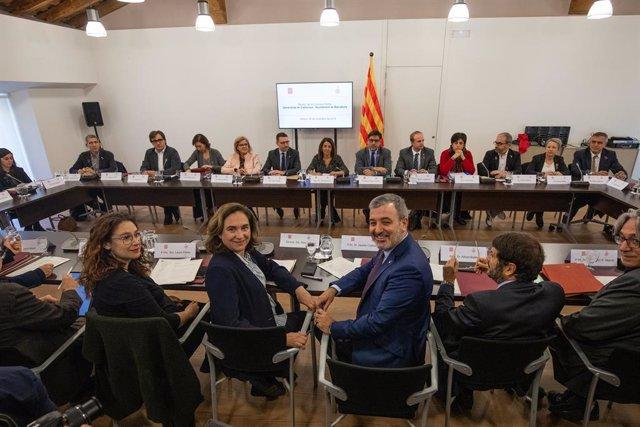 El primer tinent a alcalde de Barcelona, Jaume Collboni (3i), i l'alcaldessa de Barcelona, Ada Colau (2i), durant la Comissió Mixta entre la Generalitat i l'Ajuntament de Barcelona (Catalunya, Espanya), a 25 de novembre del 2019.