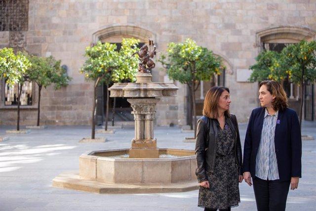 La consellera de Presidència i portaveu del Govern, M. Budó, amb l'alcaldessa de Barcelona, A. Colau.