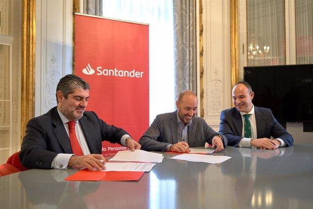 El director territorial en Andalucía del Grupo Santander, Luis Rodríguez, y el director general de teatro, Javier Menéndez, firman convenio de patrocinio