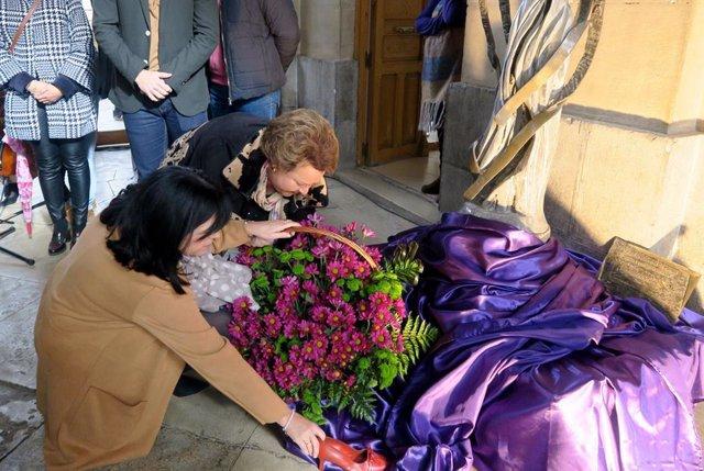 Ofrenda floral en el acto por el Día Internacional contra la Ciolencia de Género