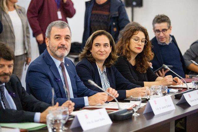 El primer tinent a alcalde de Barcelona, Jaume Collboni (2e), i l'alcaldessa de Barcelona, Ada Colau (3e), durant la Comissió mixta entre la Generalitat i l'Ajuntament de Barcelona (Catalunya, Espanya), 25 de novembre del 2019.