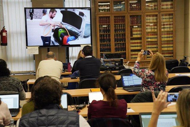 Vista general de la sessió final del judici pel crim de Diana Quer on hi ha una pantalla amb imatges del presumpte assassí de Diana, José Enrique Abuín Gey, àlies 'El Chicle', a Santiago de Compostel·la/Galícia (Espanya), 22 de novembre del 2019.