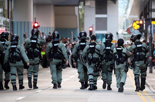 Policías dentro de la Universidad Politécnica de Hong Kong