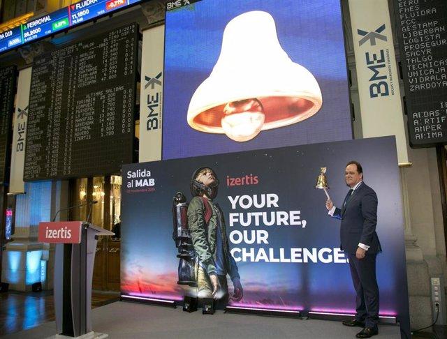 El presidente y consejero delegado de Izertis, Pablo Martín, protagoniza el toque de campana en la Bolsa de Madrid con motivo de la incorporación de la empresa al MAB