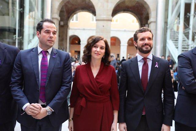 (E-D) El vicepresident de la Comunitat de Madrid, Igancio Aguado; la presidenta de la Comunitat de Madrid, Isabel Díaz Ayuso i el president del PP, Pablo Casado, durant l'acte de commemoració pel Dia Internacional per a l'eliminació de la violència.