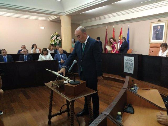 Miguel Ángel de Vicente jura el cargo como presidente de la Diputación de Segovia en el salón de plenos del Palacio Provincial.